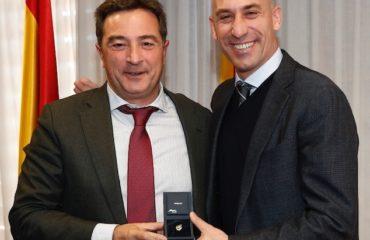 29 ene - Luis Rubiales da placa de miembro Junta Directiva RFEF a Salva Gomar(1)