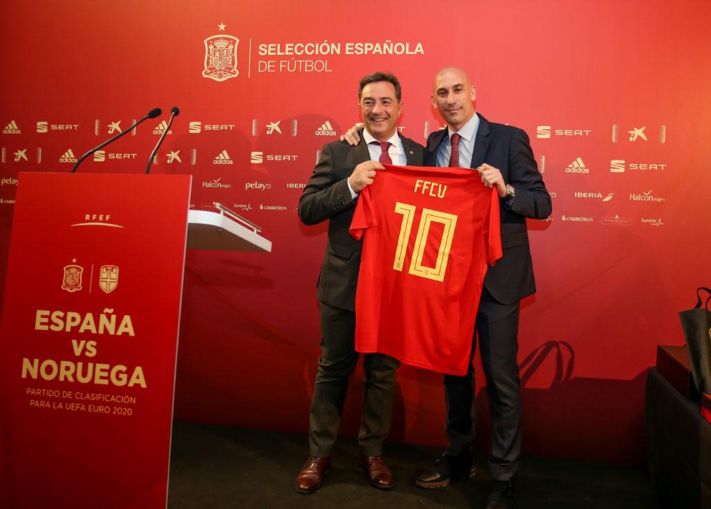 Salva Gomar y Luis Rubiales durante el España Noruega celebrado en Mestalla, València
