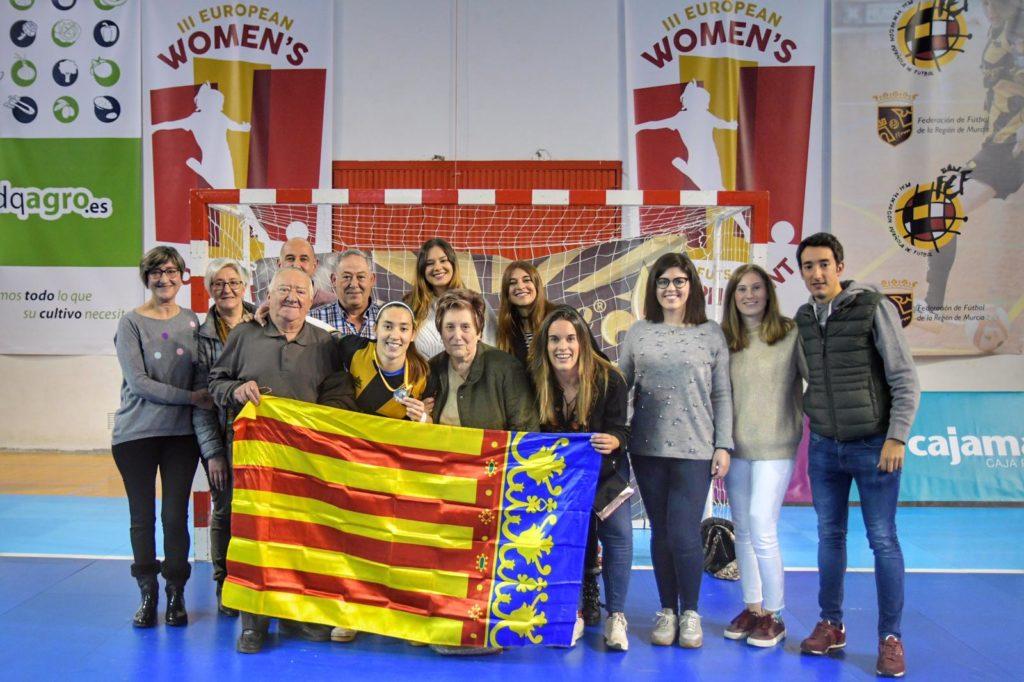 20 abr - Sara Navalón y Claudia Terrés, campeonads de la Champions femenina de futsal con el Jimbee Roldán FSF