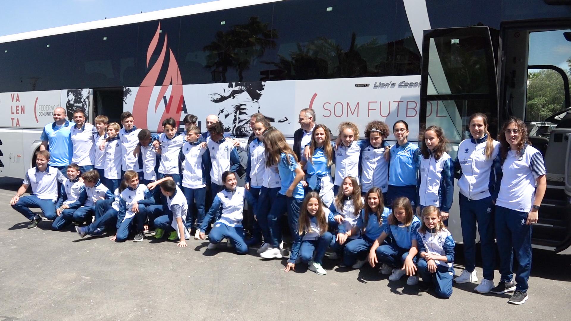 La Selecció sub12 con el nuevo autobús de la FFCV - Valenta