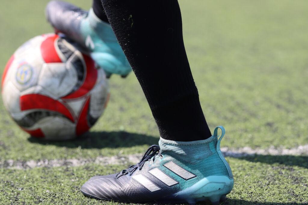 Bota de fútbol y balón
